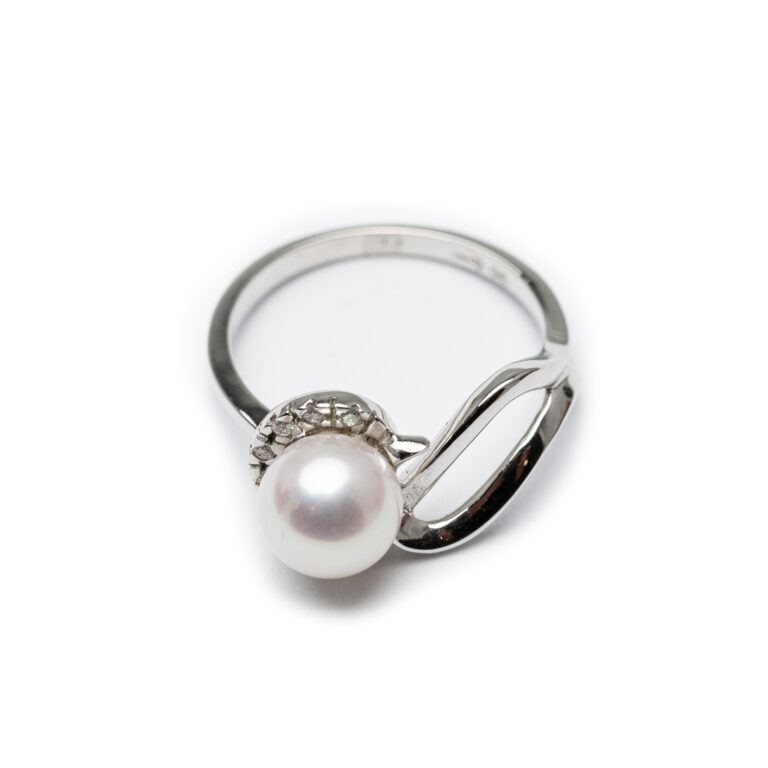 18kt White Gold Fresh Water Pearl & Daimond Ring.