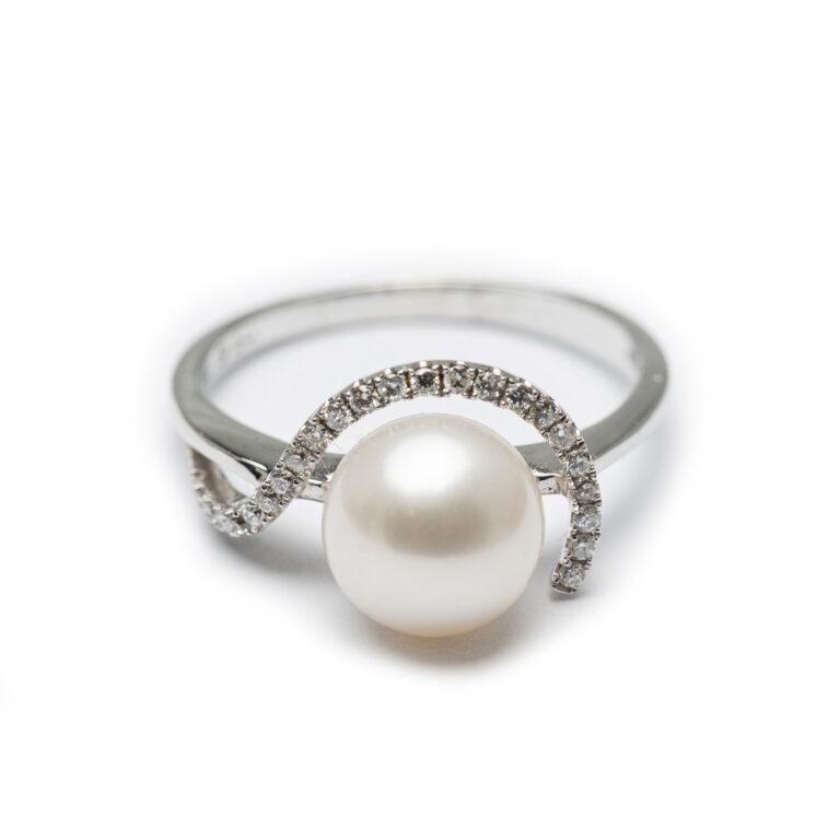 18kt White Gold Designed Fresh Water Pearl& Diamond Ring.