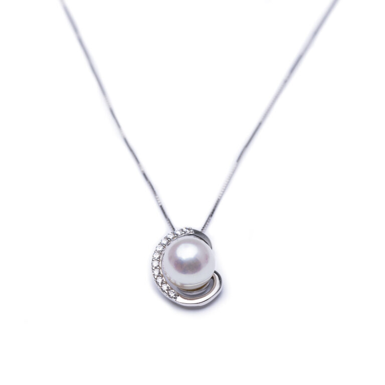 18kt White Gold Frsh Water Pearl And Zirconia Pendant With Chain.